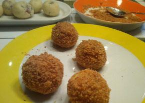 Blitzartig gemacht: Kartoffel(packerl)knödel mit Mohn-Zwetschken-Fülle, gewälzt in einer Semmel- und Keksbröselmischung. (Foto: Frank Butschbacher)