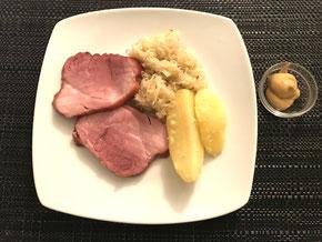 Schweins-Schüfeli auf Sauerkraut