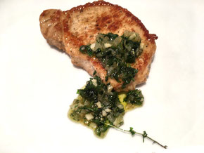 Steak mit kalter Kräutersauce