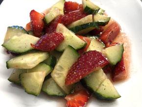 Gurkensalat mit Erdbeeren
