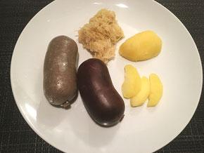 Blu- und Leberwurst mit Sauerkraut, Salzkartoffeln und Äpfel