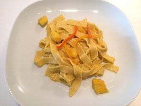 Nudeln an Mango-Peperoni-Sauce