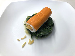 Surimi-Rollen auf Spinat