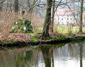 Die Marienmühle. Links das Denkmal für Leopold von Braunschweig.