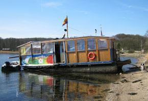 Ein Hausboot am alten Grenzübergang Kupfermühle