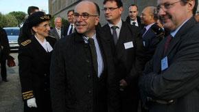 Bernard Cazeneuve à son arrivée à Cherbourg le 14 novembre (d.r. Ouest France)