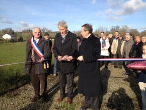 A mes côtés, René Mabille, maire et Jean-Yves Guillou, conseiller général du canton de Villedieu
