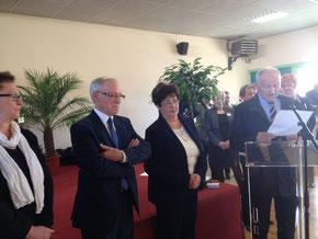 Michel Ménage et son épouse entourés de Patricia Lecomte, conseillère générale (à gauche sur la photo) et du premier adjoint d'Hudimesnil qui a retracé le parcours du maire.