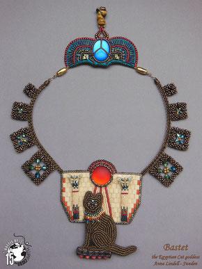 """Collana embroidery con divinità egiziana """"Bastet"""" e scarabeo"""