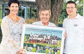 Thomas Rochel (r.) vom Magdeburger Baseball- und Softballverein Poor Pigs übergibt einen Spendenscheck an Klaus-Dieter Pantke und Heike Woost von der Lebenshilfe.