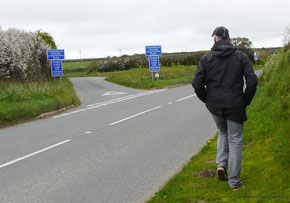 """""""Unsuitable for Caravans, Long Vehicles, Buses"""" """"Single track road with passing places"""""""