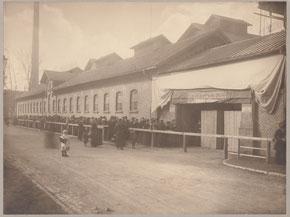 Anstehen nach Fleischwaren am Schlachthof, 1914-18. Städtisches Museum Göttingen