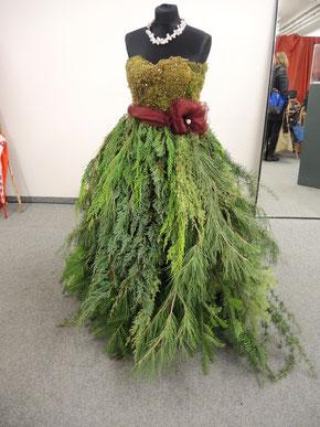 Kleid aus Pflanzen, geformt von Gina Carenzi