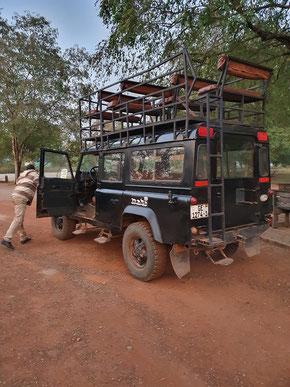 Safari-Fahrzeug mit Sitzen auf dem Dach.