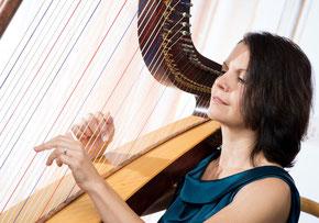 Eva Fenninger (Harfe, Hackbrett, Gesang)