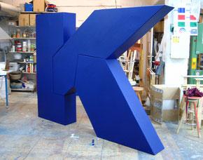 Logo aus Einzelteilen, die auf der Bühne in einer Performance zusammengesetzt werden sollten, H 220 cm