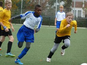 TuS D3 im Spiel gegen die D3 des FC Saloniki-EFV. - Fotos: mal.