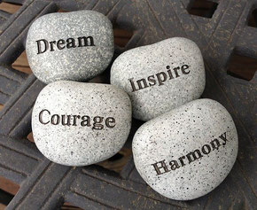 """4 pierres avec écrit un mot sur chacune : """"Dream, Inspire, Courage, Harmony"""