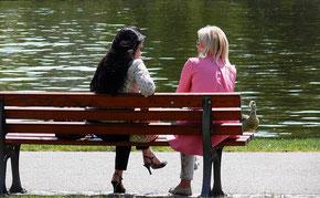 Abb. 1: Insbesondere über Sprache und Mimik kommunizieren die Menschen. (Foto: Lupo/pixelio.de)