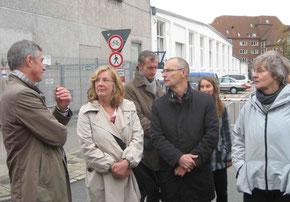 Lutz Oelsner (l.,GESTRA) und Ulrike Pala (2.v.l. Ortsamt)