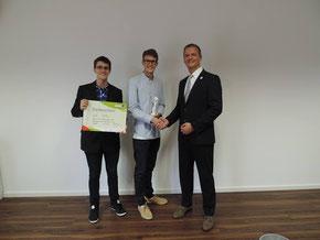 Markus Blei, der Gebietsverantwortliche der dm-Märkte in Oberfranken, überreichte den Preis an Dominik