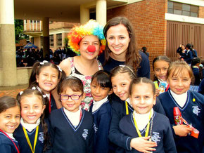 """Mareike mit Schülerinnen der 5.Klasse beim """"Fest des Glücks"""", dass die 11. Klasse jedes Jahr in der Schule veranstaltet"""