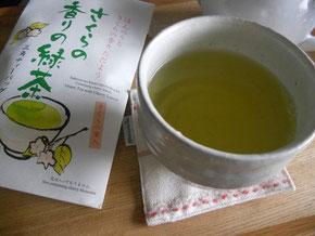 休憩中、春らしいお茶でほっこり
