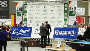 DBU Präsident Michael John überreicht Anton seine Medaille