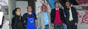 Die Mitglieder der Koalition aus SPD und CDU machten sich ein Bild vom Zustand des Bürgerhauses. Von der CDU: U.a. Jochen Emonds und Tim Grüttemeier