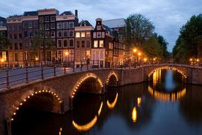 Vue de la Reguliersgracht au croisement de la Keizersgracht à Amsterdam, Massimo Catarinella, Août 2008 [Licence Creative commons]