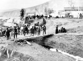 Dawson City, Yukon, Canada, 1898  Camp de base d'innombrables chercheurs d'or lors de la ruée du Klondike / Joseph Burr Tyrrell  [Domaine pulbic]