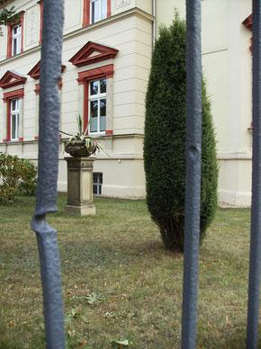Spuren des Angriffs im April 1945 am Zaun der Villa. 2013