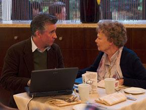 Steve Coogan et Judi Dench (©Alex Bailey/Pathé Distribution)