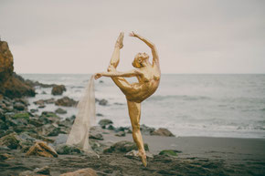 #glitterina #glitter #ballerina #beach #sunset #bodypaint #bodyart #art #styling #concept #physique #beauty #golden #goddess