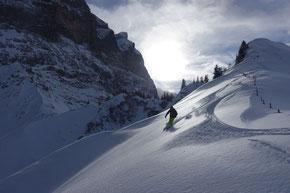 Skifahren unter den grössten Felswänden der Alpen
