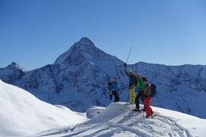 im Aufstieg zum Petersgrat, im Hintergrund das Bietschhorn