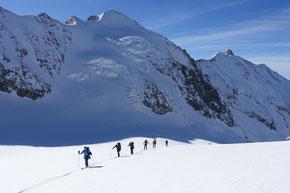 Zum Dômes de Miage 3670m, hinten die Aig. Tre la Tête 3905m