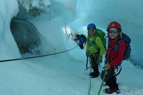 eindrückliche Eislandschaft tief in einer Gletscherspalte