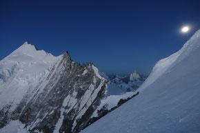 Weisshorn 4506m mit Vollmond, fotografiert vom Bishorn 4154m