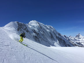 Skifahren auf 4300 MüM, hinten der  Lyskamm & das Matterhorn