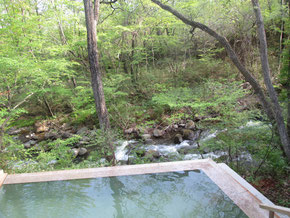 渓流を見わたす露天風呂。こちらは「四角」です