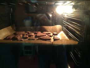 Gut gemixt waren die einzelnen Kekse, hinterher wurden diese dann kunterbunt mit Lebensmittelfarbe bestrichen und waren köstlich.
