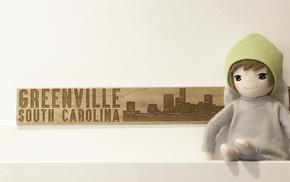 kleiner Engel sitzt auf Board vor Greenville South Carolina Holzschild.