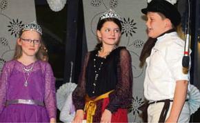 Prinzessin, Königin, Müllerbursche: Szene aus den Aufführungen der Theater-Kids der Cornelia-Funke-Schule Gemünden. FOTO: MARISE MONIAC