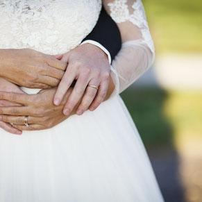 Brautpaar-Umarmung-Eheringe-binational-zweisprachig