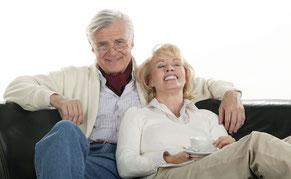 Glückliches Paar mit schönen Zähnen