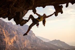 Das Bild zeigt eine Klettererin: Korrigieren und Festigen von Bewegungsabläufen als tolle Kombination von Mental-Coaching und Kinesiologie