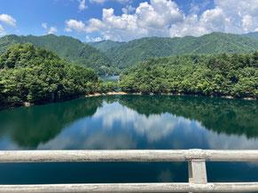 東仙峡金山湖の美しいシーン。湖畔道路途中の馬瀬大橋で