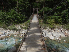 長さ約35mの恋路のつり橋。渡るのは一度に5人まで