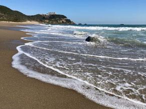 打ち寄せる波を避けながら恋路ヶ浜を散策してみる
